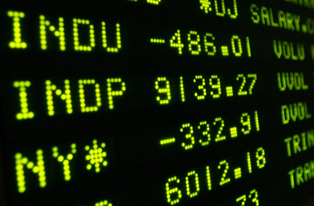 An electronic board shows the closing numbers of the New York Stock Exchange on November 5, 2008.